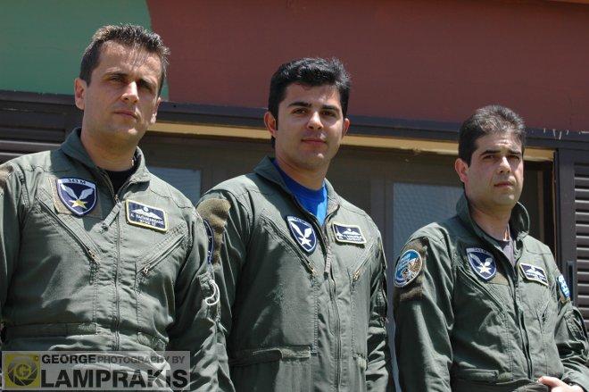 Στον χώρο όπου οι ιπτάμενοι περιμένουν καρτερικά εκτελώντας καθήκοντα επιφυλακής, συναντήσαμε τους τρεις πιλότους της 343 Μοίρας που βρέθηκαν στο Καστέλι. Τον σμηναγό (Ι) Θανάση Παπαμανώλη, τον σμηναγό(Ι) Χαράλαμπο Κόκκινο και τον υποσμηναγό Απόστολο Μανιατέλη.