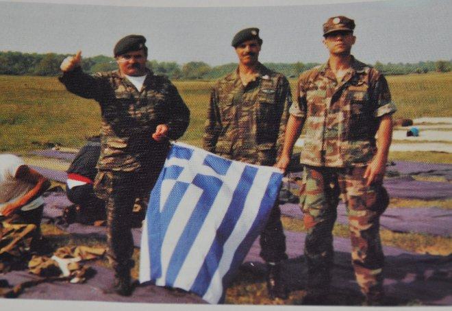 Ο Μανόλης Μπικάκης (στη μέση) σε άλμα εφέδρων Καταδρομέων στην Ουγγαρία!