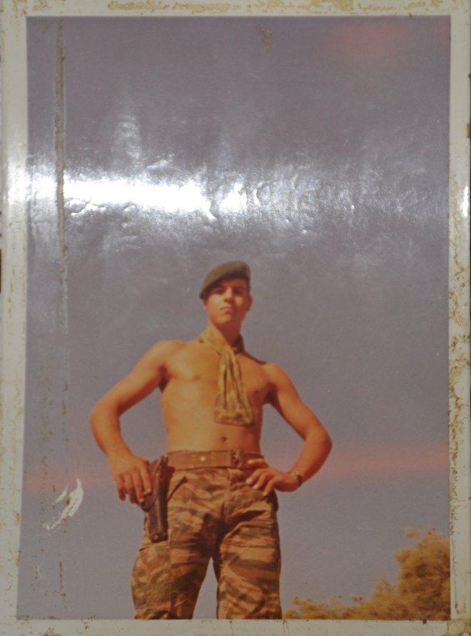Ανέκδοτη φωτογραφία του Μανόλη Μπικάκη, στη Κύπρο το Νοέμβριο του 1974. Τρεις μήνες νωρίτερα είχε δώσει ένα σκληρό μάθημα στους Τούρκους...