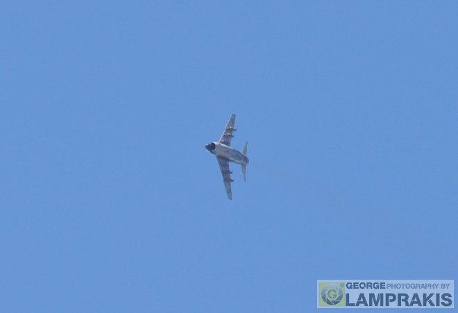 Το βομβαρδιστικό Α-7Ε Corsair της 336 Μοίρας εισέρχεται στο πεδίο βολής με έναν απότομο δεξί ελιγμό, φορτωμένο με τέσσερις συμβατικές βόμβες Μ117 των 750 λιβρών!