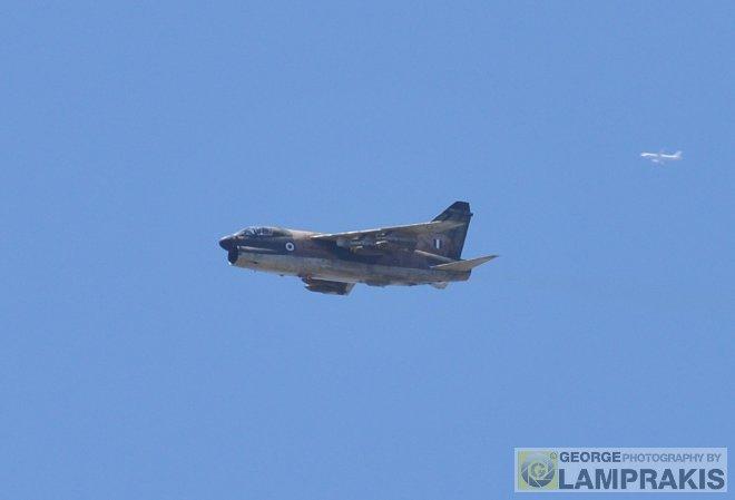 Το βομβαρδιστικό Α-7Ε Corsair της 336 Μοίρας κατευθύνεται προς τον στόχο!