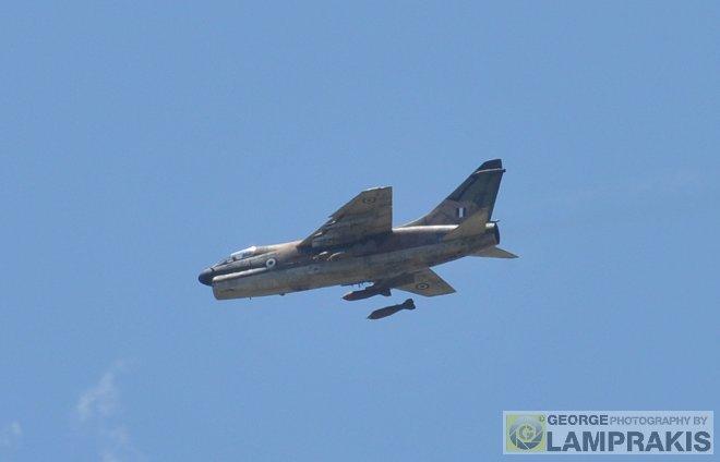 Η στιγμή της άφεσης των τεσσάρων βομβών από το Α-7Ε!