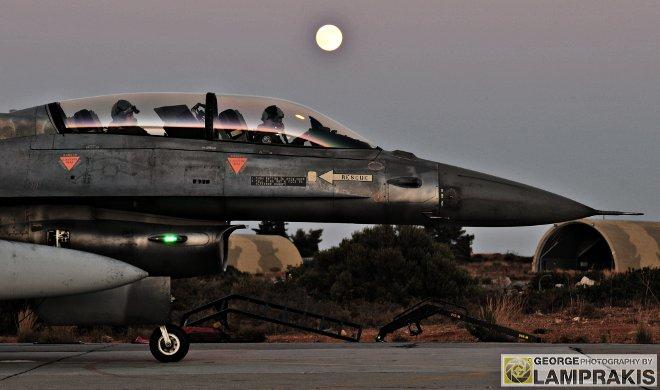 Το Ιπτάμενο και Τεχνικό προσωπικό της Μοίρας εκπαιδεύεται τον καιρό της ειρήνης όπως θα κληθεί να πολεμήσει και παρά τον περιορισμό του πτητικού έργου τα τελευταία χρόνια λόγω των περικοπών, το νυχτερινό εκπαιδευτικό πρόγραμμα συνεχίζεται ανελλιπώς...