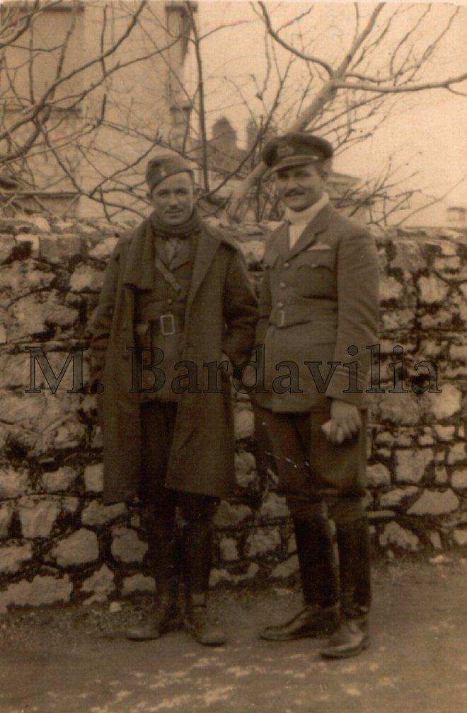 Ο Αναστάσιος Μπαρδαβίλιας, εδώ με τα διακριτικά Υποσμηναγού, μαζί με τον αδελφό του Έφεδρο Ανθυπολοχαγό Γεώργιο Μπαρδαβίλια. Η φωτογραφία ελήφθη λίγες μέρες πριν τον θάνατο του αεροπόρου, κατά τη διάρκεια αποστολής του αδερφού του από το μέτωπο στην πόλη των Ιωαννίνων. Προσέξτε τη λευκή φανέλα του αεροπόρου την οποία έφεραν όλοι οι χειριστές της Μοίρας. (Αρχείο Μ. Μπαρδαβίλια).