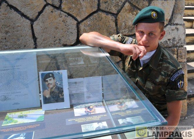 O 20χρονος Καταδρομέας Μανόλης Μπικάκης, πλάι στη φωτογραφία του θείου του, ο οποίος τον Ιούλιο του 1974 κατατρόπωσε τους Τούρκους στη Κύπρο, καταστρέφοντας έξι άρματα μάχης!