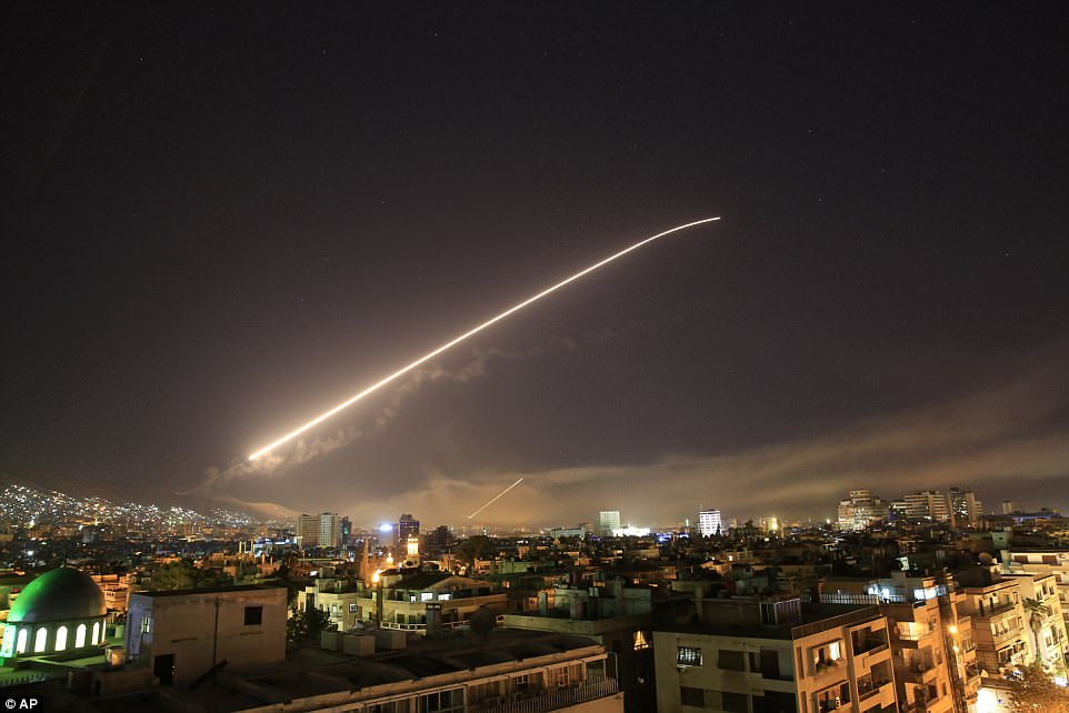 4B23739100000578 5614593 The Damascus sky lights up with missile fire as the US Britain a a 18 1523675237835