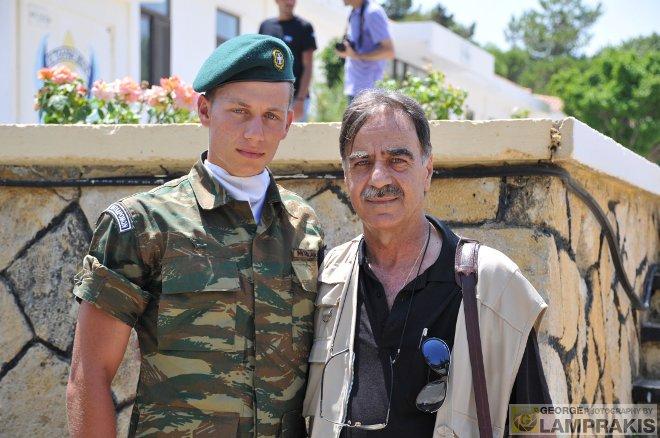 Ο Μανόλης Μπικάκης και ο πατέρας του Μιχάλης, κατά τη διάρκεια της τελετής που πραγματοποιήθηκε στο Μάλεμε.