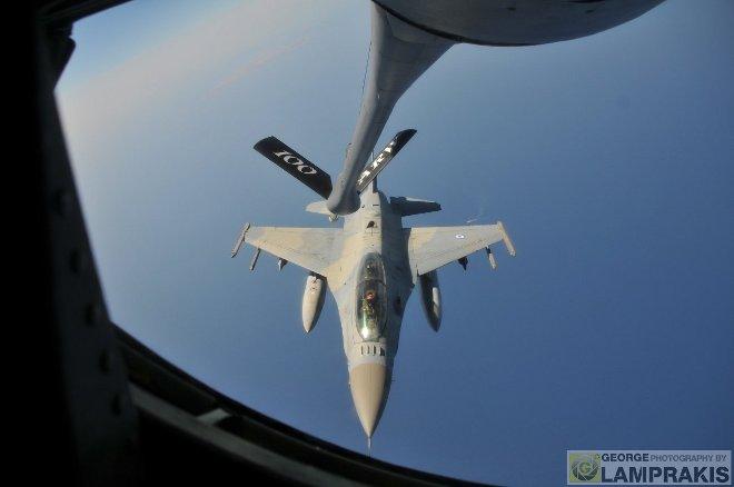"""Στην εκπαιδευτική διαδικασία που παρακολουθήσαμε συμμετείχαν και μαχητικά αεροσκάφη F-16M της 335 Μοίρας """"Τίγρης"""" της ΠΑ, τα οποία είχαν απογειωθεί από την 116 Πτέρυγα Μάχης του Αράξου."""