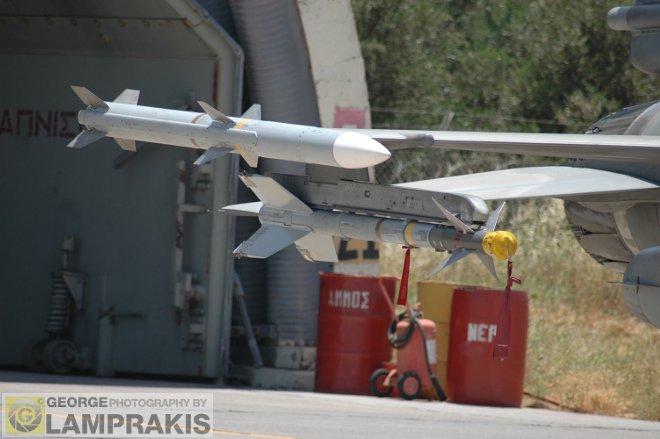 Το οπλικό φορτίο των F-16 περιλαμβάνει δυο βλήματα BVR AMRAAM κυρίως της έκδοσης AIM-120C5, καθώς επίσης και δύο βλήματα αέρος-αέρος ΑΙΜ-9Μ/L.