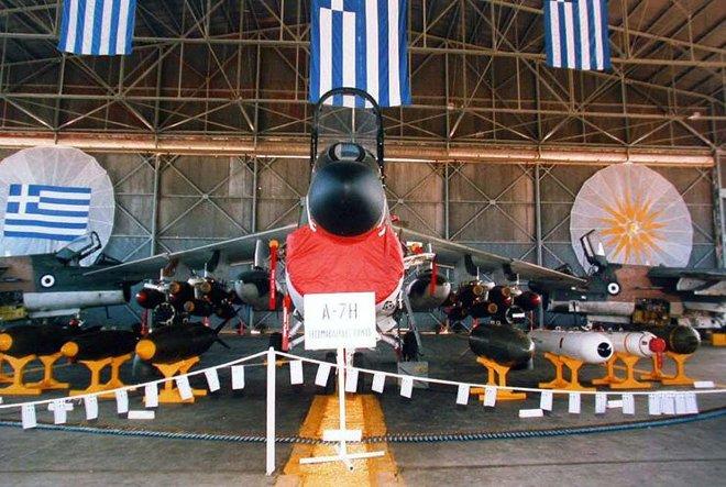 Τον Αύγουστο του 1975 άρχισε η παραλαβή του νέου τύπου αεροσκαφών της 340 ΜΔΒ, των A/TA-7H Corsair II, τα οποία ήταν Ελαφρού Βομβαρδισμού.