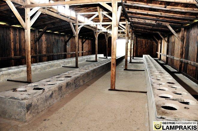 Ξύλινη παράγκα που χρησιμοποιήθηκε ως ομαδική τουαλέτα για τους κρατουμένους.