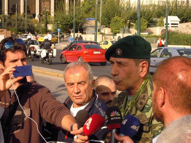 Ο Ταξίαρχος ε.α. Ιωάννης Τζιάκης κάνει δηλώσεις στους δημοσιογράφους.