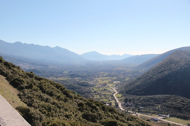 Το αεροδρόμιο της Παραμυθιάς διακρινόταν από δύο βασικότερα χαρακτηριστικά τα οποία το κρατούσαν μυστικό. Το πρώτο και κυριότερο ήταν η τοποθεσία του και η γεωγραφία αυτής. Άριστα επιλεγμένη, περίπου 6km νότια της Παραμυθιάς, ανάμεσα σε δύο μεγάλους ορεινούς όγκους και δύο μικρότερους λόφους, είχε επιπλέον, το πλεονέκτημα της ομίχλης η οποία «καθόταν» στη ευρύτερη περιοχή αλλά αραίωνε στην περιοχή γύρω από το αεροδρόμιο.