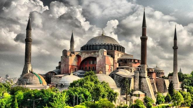 Οι «Γκρίζοι Λύκοι», όπως τους αναφέρουν τουρκικά ΜΜΕ, μπήκαν στον ιερό Ναό και προσευχήθηκαν στον Αλλάχ.