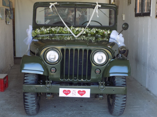 Ξεχωριστή στιγμή για ένα ζευγάρι που πήγε στην εκκλησία για το γάμο του με ένα στρατιωτικό τζιπ Μ38!