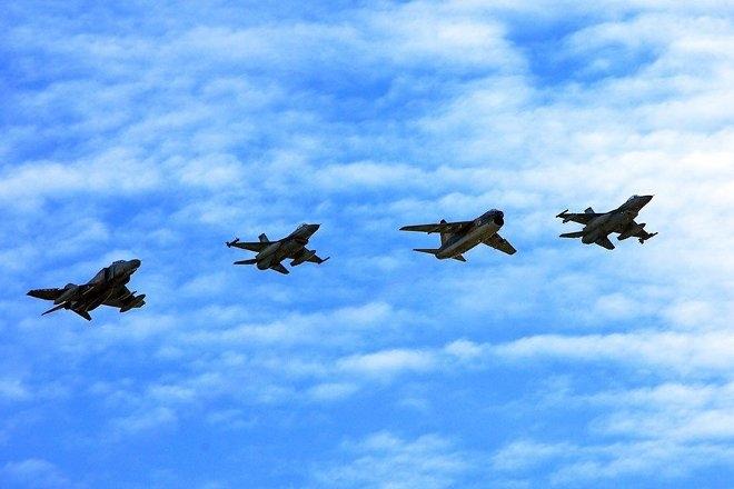Στην άσκηση ΚΑΜΠΕΡΟΣ 2014, η οποία θα πραγματοποιηθεί στο Πεδίο Βολής Κρανέας, προβλέπεται η εκτέλεση βολών από το σύνολο των αεροσκαφών της ΠΑ, τόσο με κατευθυνόμενα όπλα αέρος – εδάφους όσο και με βόμβες γενικής χρήσεως.
