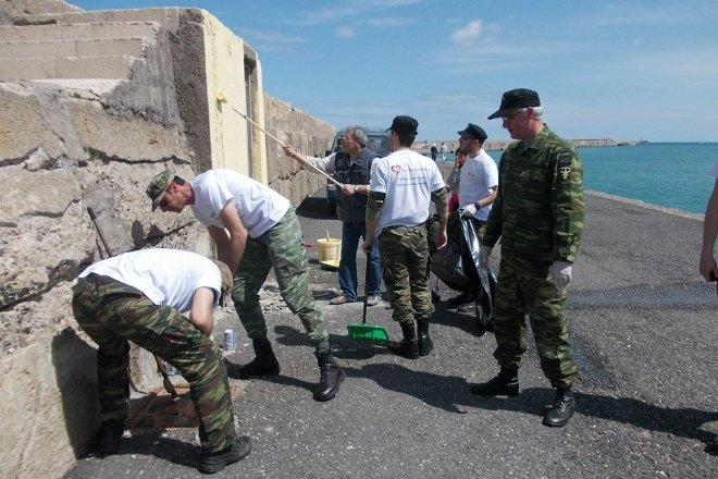 Πρόκειται για μια εθελοντική πρωτοβουλία, στο πλαίσιο της οποίας οι συμμετέχοντες φρόντισαν για τον καθαρισμό του ενετικού λιμένα, γύρω από το φρούριο του Κούλε, αλλά και του λιμενοβραχίονα, καθημερινού τόπου συνάντησης και περιπάτου χιλιάδων Ηρακλειωτών αλλά και επισκεπτών.