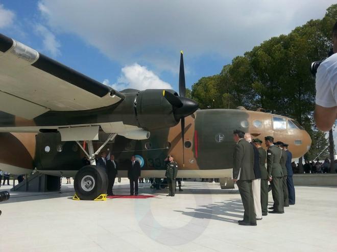 Ένα αεροσκάφος – θρύλος για την Πολεμική Αεροπορία, θα βρίσκεται για πάντα στον τόπο της θυσίας και της τιμής. Αεροσκάφη αυτού του τύπου μετέφεραν τη νύχτα της 21ης – 22ας Ιουλίου 1974 του Καταδρομείς της Α΄ Μοίρας Καταδρομών και μιας Διμοιρίας της Γ΄ Μοίρας Αμφίβιων Καταδρομών στο αεροδρόμιο της Λευκωσίας.